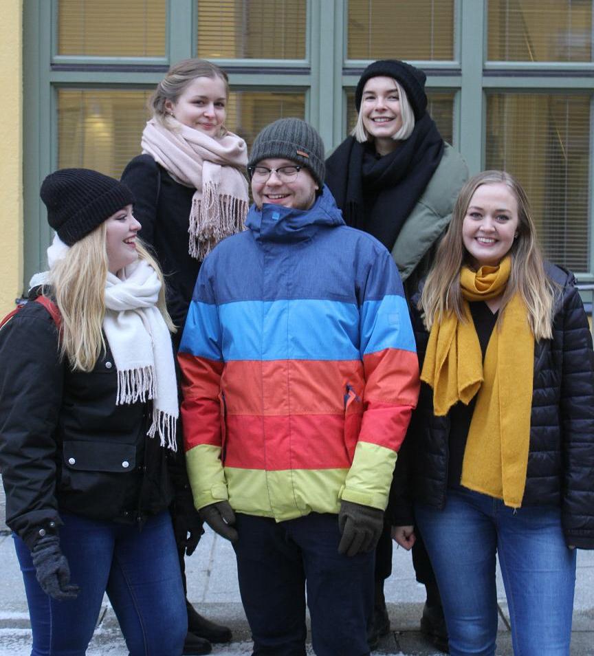 Grupp med glada studerande