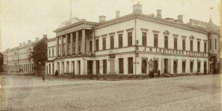 Åbo Akademis huvudbyggnad på ett gulnat fotografi