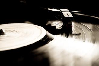 vinylskiva på skivspelare