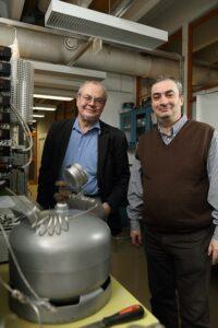 Tapio Salmi och Dmitry Murzin i laboratoriemiljö.