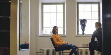 Två studerande som sitter och diskuterar.