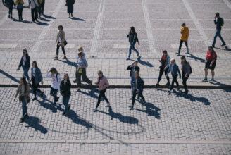 människor som går.