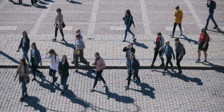 människor som går