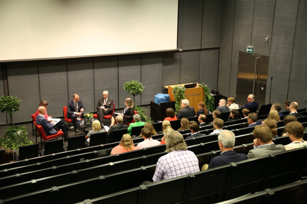 Paneldiskussion under islands presidents besök vid Åbo Akademi. Till vänster panelen med Matias Kaihovirta, Tiina Kinnunen, president Guðni Th. Jóhannesson, Nils Erik Villstrand och Ann-Catrin Östman. Till höger i bild sitter publiken.