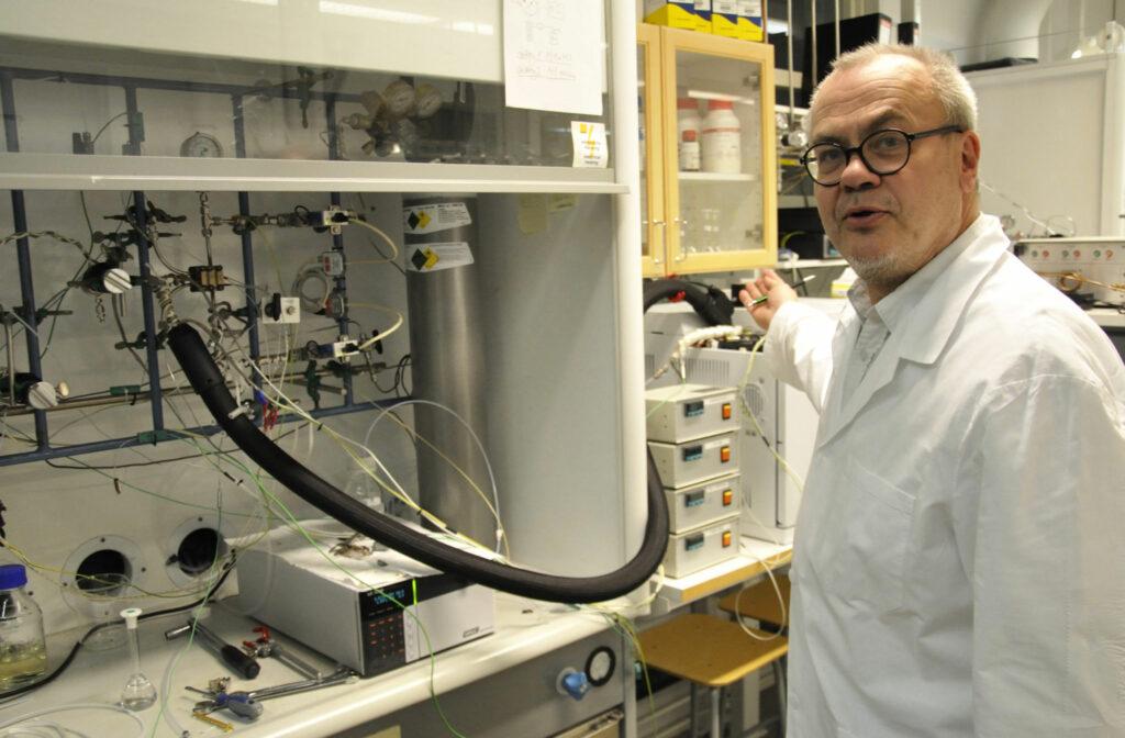 en man i vit labbrock i labbet