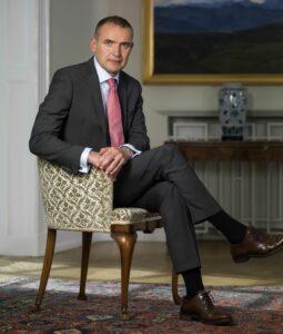 Kostymklädd Islands president sitter i en stol