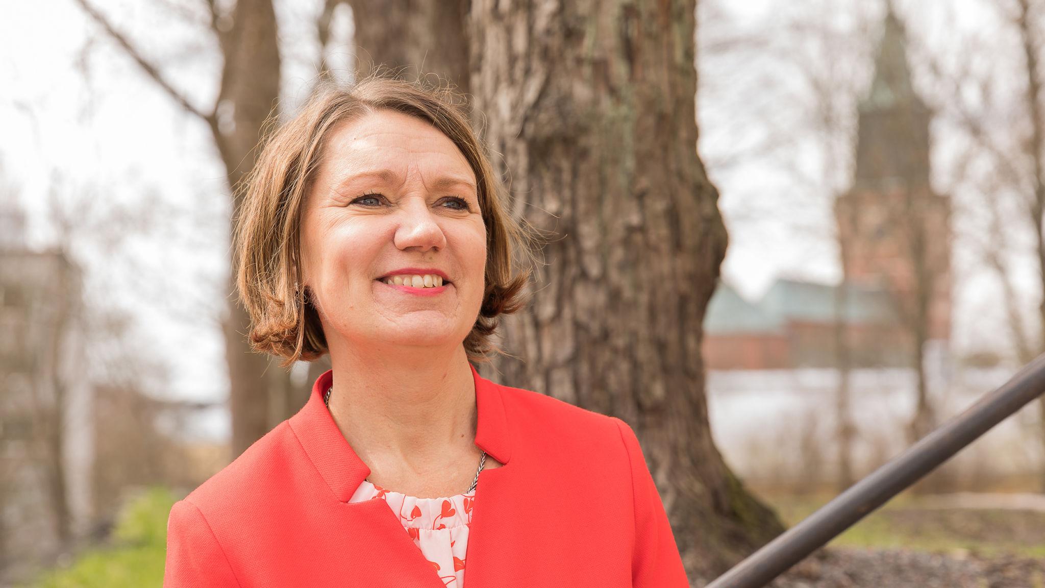En leende Gunilla Sjöberg i röd kavaj
