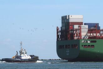 en bodserbåt och aktern på ett lastfartyg