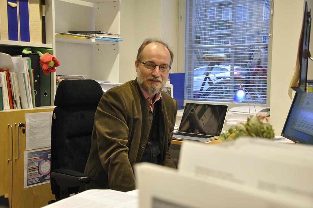 En man vid sitt skrivbord