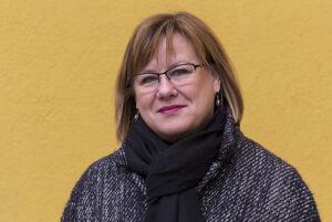 Porträttbild på Elina Pirjatanniemi i svart, tjock halsduk