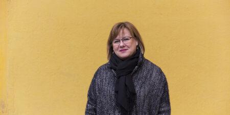 Elina Pirjatanniemi i grå ytterjakca och tjock halsduk