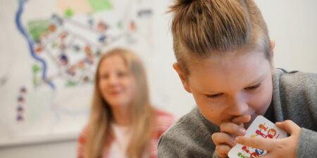 Bild på glada barn i klassrummet