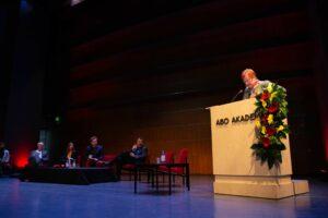Tarja Halonen bakom podiet vid Imagine, de övriga talarna i bakgrunden.
