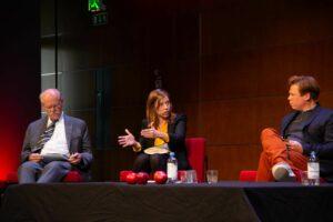 Li Andersson i mitten talar och gestikulerar i panelen vid Imagine! Stefan Ingves sitter till vänster och Dan Lolax till höger om henne.