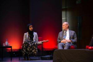 Maryan Abdulkarim talar vid Imagine!, Stefan Ingves lyssnar till höger.