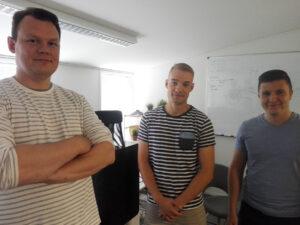 Foto på tre förhållandevis unga män i t-skjortor: Mikael Marisa, Alexander Gyllenberg och Santeri Vuori.