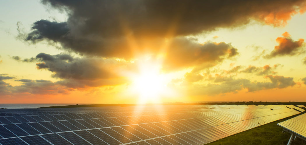 Solpaneler i solnedgången.