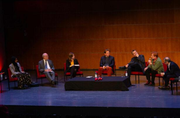 Scen med panelen vid Imagine! Från vänster sitter Maryan Abdulkarim, Stefan Ingves, Li Andersson, Dan Lolax, Alf Rehn, Tarja Halonen och Göran Rosenberg med ett bord i mitten.