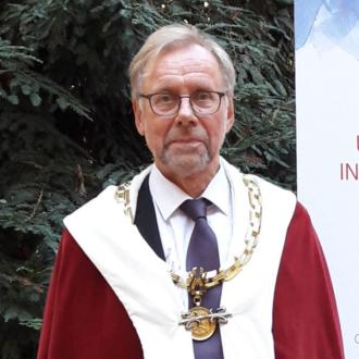Åbo Akademis rektor Mikko Hupa iförd rektorskappa och rektorskedja