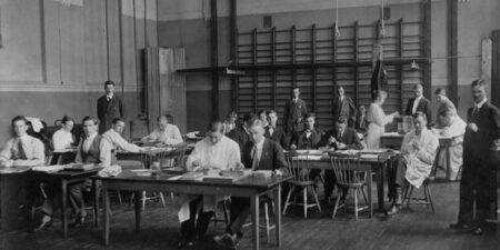 Svartvit bild på deltagare i kursen i zootomi (djuranatomi) under Akademiska sommarkurserna i Åbo 1917.