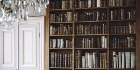 bruna böcker, bokhylla, takkrona