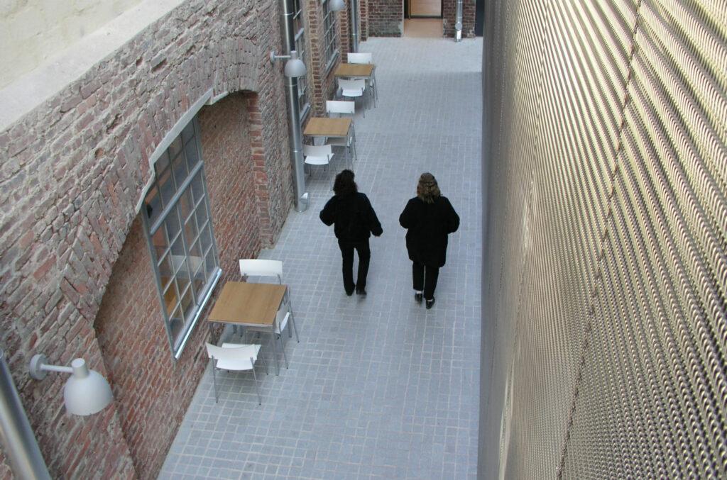 två personer går i en korridor i Arken