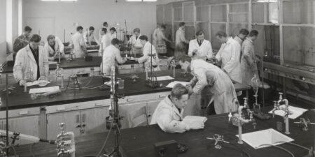 Kemistudenter jobbar i et laboratorium 1954.