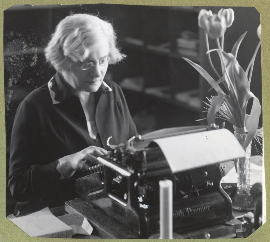 Åbo Akademis första kvinnliga professor Alma Söderhjelm vid sin skrivmaskin