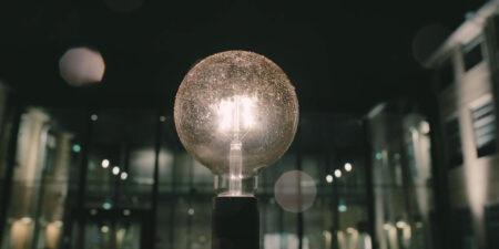 en lampa lyser upp i mörkret