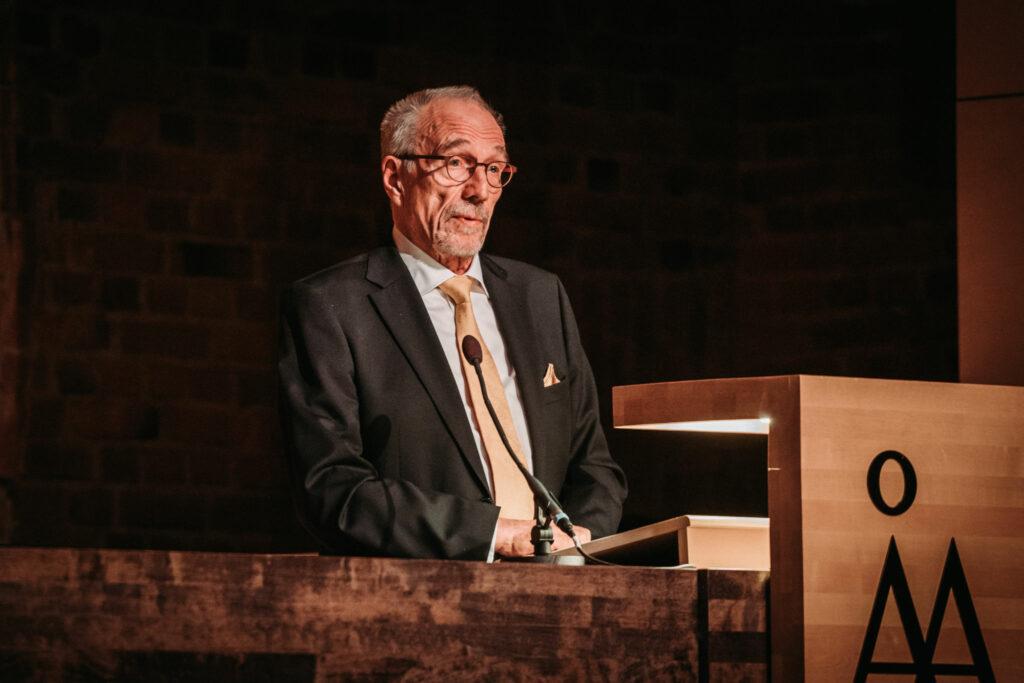 Nils Torvalds håller tal i en talarstol
