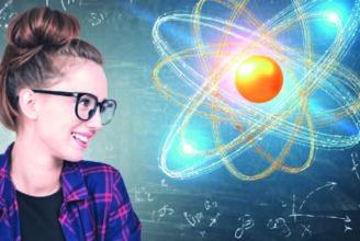 En tjej tittar på svåra ekvationer och planeter på svarta tavlan