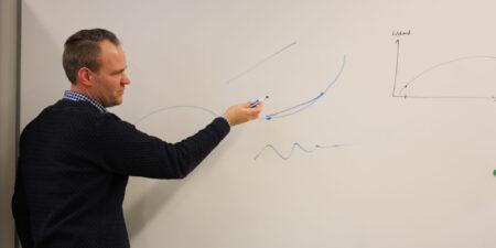 Andreas Lundell ritar grafer på whiteboard-tavla.