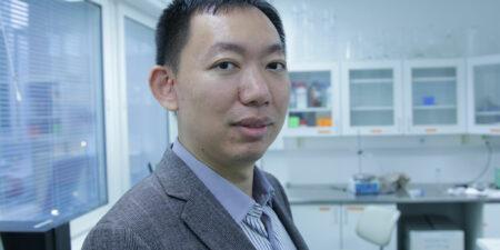 Hongbo Zhang i laboratoriemiljö.