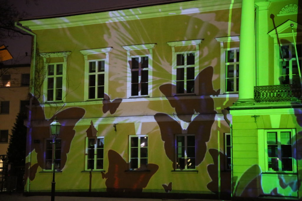 skuggor av stora fjärilar projiceras på Åbo Akademis huvudbyggnad
