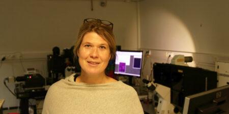 Cecilia Sahlgren i förgrunden med laboratorieutrustning i bakgrunden.