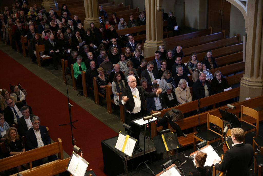 Ulf Långbacka dirigerar