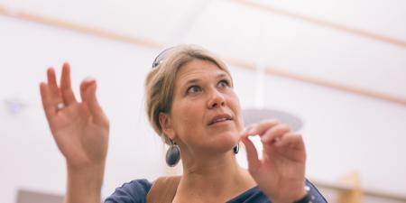 Professor Cecilia Sahlgren gestikulerar med händerna.