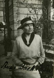 En suddig svart-vit bild på en kvinna