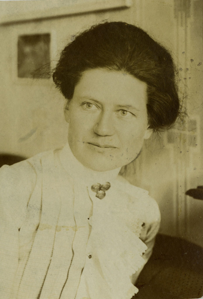 Ett porträtt av en kvinna på en svartvit bild