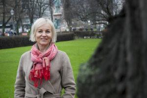 en glad blond kvinna