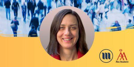 Rund porträttbild på Magdalena Kmak. I bakgrunden uppe en folkmassa med suddiga människor. I bakgrunden nere gult och Minoritetsforskningens logo och ÅAs logo.
