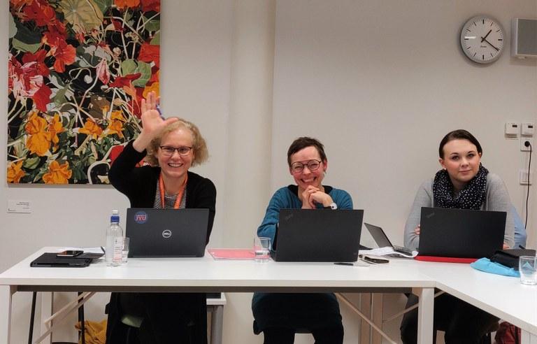 I mitten Johanna Fredenberg, till höger Minea Dahlbacka