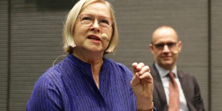 Moira von Wright i förgrunden, Fritjof Sahlström i bakgrunden.