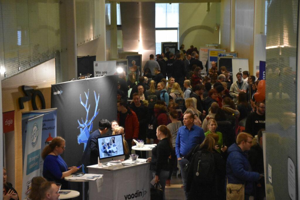 Vy över publik på ICT Showroom, korridor med folk.
