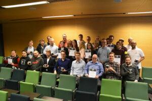 Gruppfoto på vinnarna och de specialutnämnda på ICT Showroom.