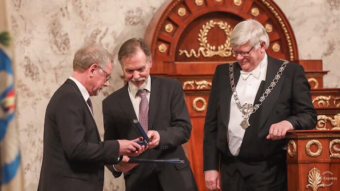 Mikko Hupa tar emot Phoenix Universitatis Turkuensis-medaljen.