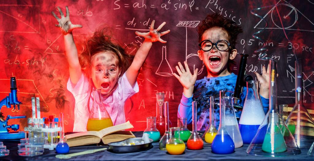 Barn genomför vetenskapliga experiment