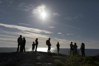 Vandrare i motljus på ett berg
