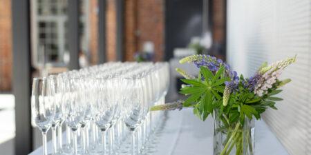 BLommor och champagneglas