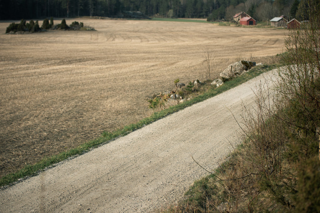 Grusväg framför åker.